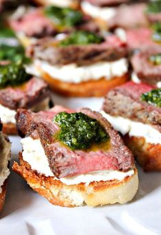 Beef Tenderloin Crostini with Whipped Goat Cheese and Pesto - Domesticate ME Rinderfilet Crostini mit Ziegenkäse und Pesto Meat Appetizers, Appetizers For Party, Christmas Party Appetizers, Christmas Party Food, Appetizer Ideas, Christmas Finger Foods, Bite Size Appetizers, Best Appetizer Recipes, Parties Food