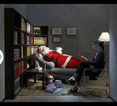 Italian brand Moschino is always funny and fresh in everything and this store window in NYC is a clear example: Santa lies down in a psychiatrist's couch Christmas Window Display, Window Display Design, Store Window Displays, Display Windows, Christmas Windows, Christmas Ideas, Merry Christmas, Retail Windows, Store Windows