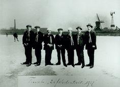Beeld van de 3e Elfstedentocht. Een groep schaatsers die de tocht heeft volbracht. Deze foto is een dag na de tocht gemaakt in een atelier. Deze foto komt uit het archief van de Elfstedenvereniging.   28 januari 1917