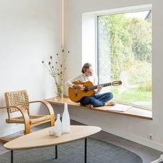 espace détente au bord de la fenêtre, table basse en bois massif et tapis gris anthracite