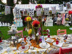 garden party - guirlande porte-cartes, chaises en bois coloré et nappe de table à motifs floraux