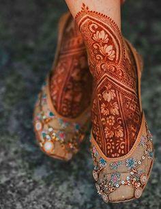 Jutti with bridal mehendi design | Leg Mehendi Design, Round Mehndi Design, Full Mehndi Designs, Mehndi Designs Feet, Leg Mehndi, Mehndi Design Pictures, Wedding Mehndi Designs, Dulhan Mehndi Designs, Mehendhi Designs