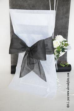 Une housse de chaise blanche http://www.decodefete.com/housses-chaise-blanc-p-3749.html habillée d'un nœud de couleur noir http://www.decodefete.com/noeuds-pour-housse-chaise-noir-p-3755.html #fete #chaise #bapteme #anniversaire #noeud