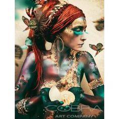 Woman With Butterflies er et vakkert fargetilskudd til hjemmet ditt. Bildet er rammet inn i plexiglass- noe som gir det et moderne preg.   Mål: B120 x H180 cm Foto: Jaime Ibarra Materiale: Plexiglass