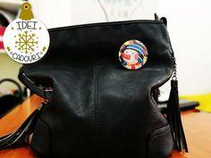 Pentru un cadou reusit de Craciun, adauga si o insigna cu o ilustratie specifica acestei perioade Messenger Bag, Satchel, Bags, Fashion, Handbags, Moda, Fashion Styles, Fashion Illustrations, Crossbody Bag