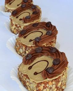 Prajitura entremet cu gutui ciocolata si nuca - simonacallas Best Pastry Recipe, Pastry Recipes, Sweets Recipes, Cookie Recipes, Snickers Cheesecake, Red Velvet Cheesecake, Oreo Mousse, Biscuit Cookies, Cupcakes