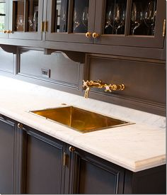 Brass sink and fixtures Love grey cabinetry in kitchens and brass details elevate it to the level of a more considered and unexpected interior Tx Kitchen Interior, Kitchen Decor, Interior Modern, Bathroom Interior, Bar Sink, Sink Taps, Grey Cabinets, Kitchen Cabinets, Butler Pantry
