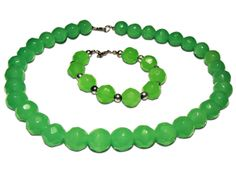 A matching set of a Chrysoprase necklace and bracelet. The necklace length: 46 cm (18 1/8), the bracelet length: 19.5 cm (7 3/4 inches)