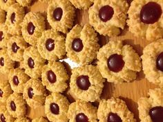 Recept voor pindakoekjes met jam. Maal de suiker en meng dit met de boter. Voeg dan het eigeel toe en meng dit goed door elkaar. Voeg vervolgens de bakpoeder en meel toe en kneed tot een same Yummy Cookies, Cake Cookies, Pie Cake, Creme Fraiche, Eid, Gingerbread Cookies, Donuts, Cookie Recipes, Food And Drink