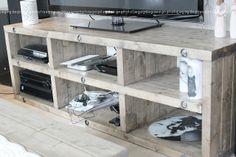 Bilderesultat for selvlaget tv benk Entryway Bench, Diy Furniture, Shelves, Desk, Living Room, Interior, Home Decor, Tv, Garden