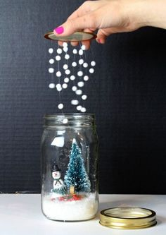 Bonhomme de neige et mason jar  http://www.homelisty.com/deco-de-noel-2015-101-idees-pour-la-decoration-de-noel/                                                                                                                                                                                 Plus
