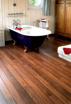 Quick-Step Laminate Flooring -  Lagune 'Merbau, shipdeck' (UR1032) in a classic bathroom. To find more bathroom inspiration, visit our website: https://www.quick-step.co.uk/en-gb/room-types/choose-the-perfect-bathroom-flooring #salledebains #badkamer