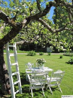 White garden furniture under tree on the lawn Diy Garden, Garden Cottage, Dream Garden, Garden Landscaping, Outdoor Living, Outdoor Decor, White Gardens, Garden Inspiration, Garden Furniture