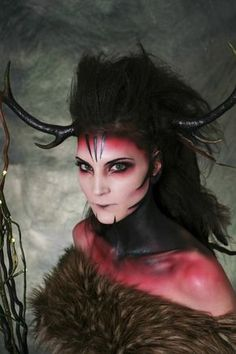 Dame als Teufel geschminkt und verkleidet