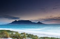 Table Mountain (Huri ‡oaxa, Tafelberg) Table Mountain, which overlooks Cape Town, is known for its Table Mountain Cape Town, Mountain View, Town Drawing, Romantic Things To Do, Travel And Tourism, Best Cities, Day Trips, National Parks, Coast