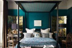 modele-chambre-bleu-canard-une-deco-bleu-canard-pour-les-murs-gros-lit-à-baldquin-style-chargé-chambre-motifs-orientaux