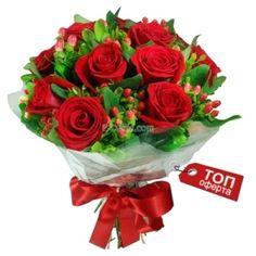 Красив и романтичен букет от червени рози и хиперикум със зеленина и опаковка - http://e-cvete.com/bg/844--unikalen-buket-ot-cherveni-rozi.html