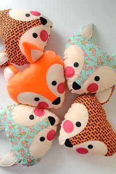 almofadas de raposa // almofada, raposa, fox, quarto de criança, quarto de bebê, boneco de pano, boneca, diy, floral, onde comprar. decoração, quarto infantil, colorido, estampado, fox, diy,