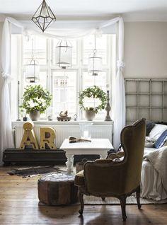 A small Swedish apartment with vintage furniture and flea market finds Scandinavian Apartment, Scandinavian Interior, Small Living Rooms, Living Room Kitchen, Garden Route, Decoration, Building Design, Vintage Furniture, Bedroom Decor