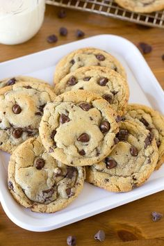 The Best Bakery Style Chocolate Chip Cookies - Life Made Simple Crisp and chewy chocolate chip cookies studded with chocolate chips and flecked with chocolate chunks and shavings. These bakery style cookies are the best! Cookie Desserts, Just Desserts, Cookie Recipes, Delicious Desserts, Dessert Recipes, Yummy Food, Dessert Food, Cookies Receta, Pastries