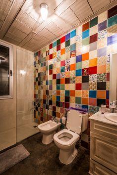 Cuarto de ba o con paredes cubiertas de azulejos de for Muebles mondejar