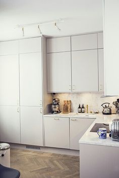 All white minimal kitchen with lots of storage and hard wood floors | #minimal #allwhite