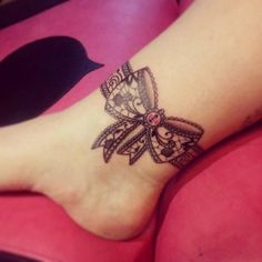 diseños de tatuajes 2019 55 Delicate Lace Tattoo Designs for Every Kind of Girl - Lace Bow Tattoos, Anklet Tattoos, Tattoo Bracelet, Girly Tattoos, Feather Tattoos, Trendy Tattoos, Leg Tattoos, Body Art Tattoos, Garter Tattoos