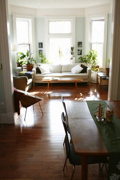 48 Awesome Decorating Ideas For Small Apartments. It doesn't really matter how small your apartment is, you can always get a nice space with modern and unique decoration. In a small apartment decora. Home Living Room, Apartment Living, Living Room Decor, Living Spaces, Apartment Therapy, Small Living, Cozy Living, Living Room With Bay Window, Apartment Ideas