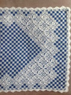 cascata Chicken Scratch on blue gingham table runner -- Beautiful work -- Caminho de mesa bordado em tecido xadrez.