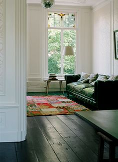 I feel very inspired by the beautiful hues of this Amsterdam home styled by Reini Smit. The black wood floors and white walls give a grandeur to the interior and the simple furnishing adds a feeling of space to the ensemble. Black Floorboards, Painted Floorboards, Painted Floors, Estilo Interior, Home Interior, Black Wooden Floor, Style At Home, Living Room Designs, Living Spaces