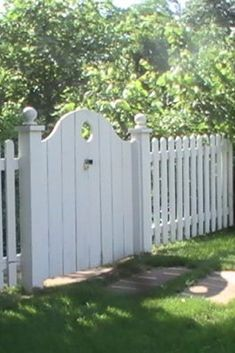 Garden gate idea (would be nice for a double gate, interlocking)