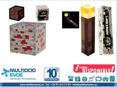 MINECRAFT - LÁMPARA - REDSTONE ORE ROJO EAN: 847509002629 Material: PVC. Presentación: caja. Medidas: 10x10x10cm. Necesita dos pilas AA no incluidas. MINECRAFT - LINTERNA - WALL TORCH EAN: 847509002612 Material: PVC. Presentación: caja. Medidas: 28x5x5cm. Necesita tres pilas AAA no incluidas.