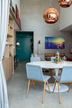 Apartamento mistura cimento queimado e madeira Casa Loft, Loft House, Dining Room Table Chairs, Dining Room Design, Lofts, Food Storage Rooms, Dinner Room, Living Spaces, Living Room