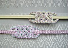 水引の帯留(五本結び) Jewelry Knots, Jewelry Crafts, Japanese Ornaments, Japanese Party, Chinese Crafts, Decorative Knots, Japanese Colors, Bamboo Art, Traditional Japanese Art