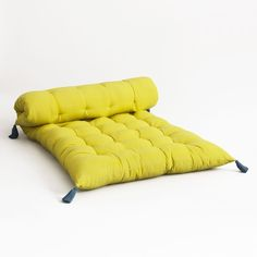 Le matelas de sol Babucci. Un futon matelassé indispensable dans une chambre d'enfant. À jouer seul ou en superposition en mixant les 3 modèles.Caractéristiques : - En pur coton- Garnissage en 100% polyester- Finition pompons aux 4 coinsDimensions : - L60 x H7 x P120 cm.