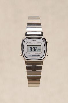 Casio - Montre avec cadran en argent chez Urban Outfitters