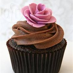 Cupcakes de chocolate com recheio cremoso @ allrecipes.com.br - Esses cupcakes de chocolate levam um bombom inteiro dentro da massa antes de assar. Ficam deliciosos.