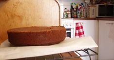 Te tiedätte mitä tapahtuu naisille kun he saavat sietämättömän hyvää suklaata. Kun syöt tätä kakkua, sinulle käy niin. Minullekin kävi. Kakk... Bread, Desserts, Food, Tailgate Desserts, Deserts, Brot, Essen, Postres, Baking