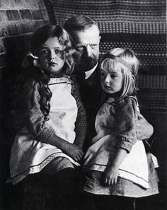 Famous Finnish composer Jean Sibelius with his youngest daughters Margareta and Heidi. Celebrity Skin, Celebrity Moms, Classical Music Composers, Vintage Children Photos, Precious Children, Concert Hall, Music Love, Music Education, Ballet