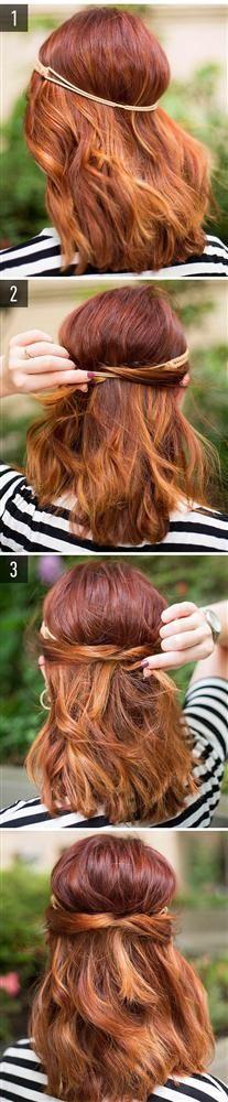 Sezon trendi saç bandını siz de kolaylıkla kullanabilirsiniz.  Saç bandını takın. Ardından lastiği şekildeki gibi saçlarınızı içinden geçirerek gizleyin.