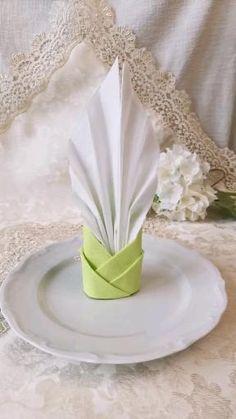 Fancy Napkin Folding, Folding Napkins, Diy Home Crafts, Diy Crafts For Kids, Dining Etiquette, Paper Napkins, Food Art, Paper Crafts, Party