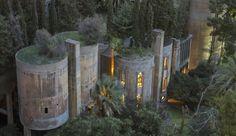 Cette cimenterie abandonnée était devenue une verrue architecturale, vestige d'une industrie polluante et dépassée. Un architecte l'a rachetée, s'est emparé du lieu, et l'a totalement reconverti en une sublime forteresse des temps modernes, habitable, chaleureuse et couverte de végétation ! Transformation sublime et spectaculaire
