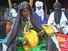 Algerien, Mali, Niger: Imzad-Musik der Tuareg-Gemeinschaften.Die für die afrikanischen Tuareg-Gemeinschaften charakteristische Musik wird von Frauen auf dem Streichinstrument Imzad gespielt. Der Klang der Imzad soll böse Geister vertreiben und die...