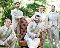 Casamento em azul Tiffany: O azul Tiffany confere muita versatilidade à produção do noivo e padrinhos: a gravata azul Tiffany fica bem com trajes escuros e claros. - alyssa alig photography