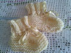 Este feriado prolongado fiquei em casa tricotando, fazia tempo que não tricotava e consegui fazer uns sapatinhos básicos. A receita é de...