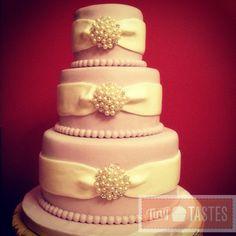 Brooch cake - Tiny Tastes  Follow us at www.facebook.com/TinyTastes or www.tinytastes.net  #tinytastes #fondant #broochcake