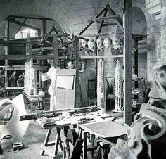 Atelier of Antoni Gaudi in the Sagrada Familia as it was before his death via Gaudi Designer. Artist Art, Artist At Work, Antonio Gaudi, Painters Studio, Amazing Buildings, Art Studios, Gustav Klimt, Art Nouveau, Image