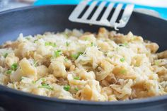 Tolle Käse-Sauerkraut-#Spätzle schmecken in der Herbstzeit besonders. Ein Rezept zum Nachkochen und genießen.