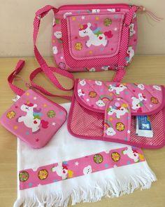 Peças vendidas separadamente... Bolsinha tiracolo... 45,00 Kit higiene multiuso ... 35,00 Porta moedas / absorventes ... 20,00 Estojo duplo... 35,00 Obs.: As cores podem variar conforme a disponibilidade dos tecidos. Sewing Projects, Projects To Try, Sewing Ideas, Baby Sewing, Sew Baby, Crochet Purses, Learn To Sew, My Baby Girl, Art For Kids