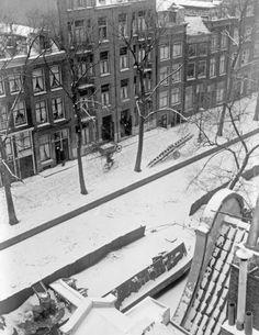 1941. Snow turns the Jordaan section of Amsterdam into a picturesque scene. Photo ANP / Co Zeylemaker. #amsterdam #1941 #jordaan